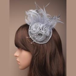 Chapeau mariage Accessoire de coiffure ou broche en sisal et plumes gris
