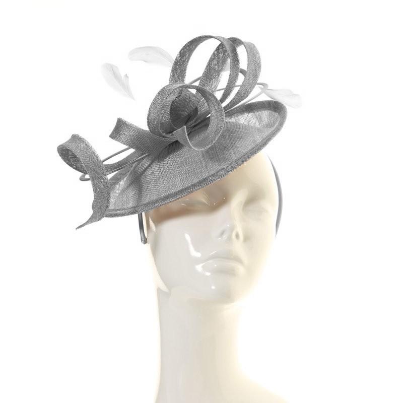 Chapeau mariage Accessoire de coiffure sisal et plumes gris